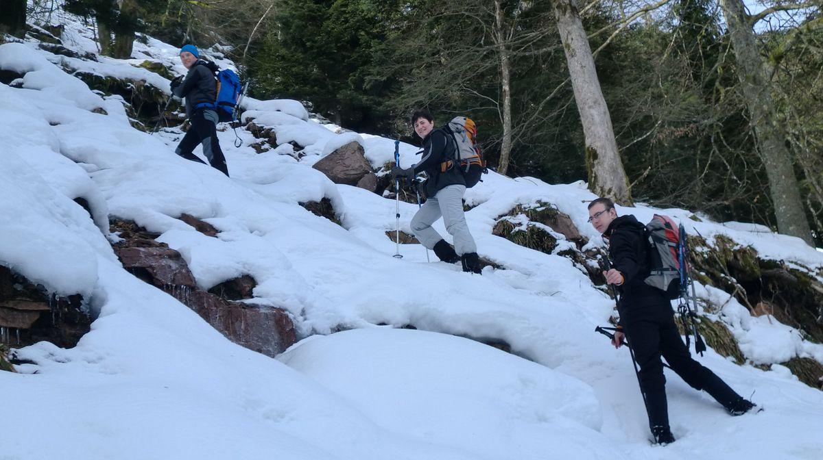 La pente s'accentue et nous cheminons dans un champ de blocs rocheux.