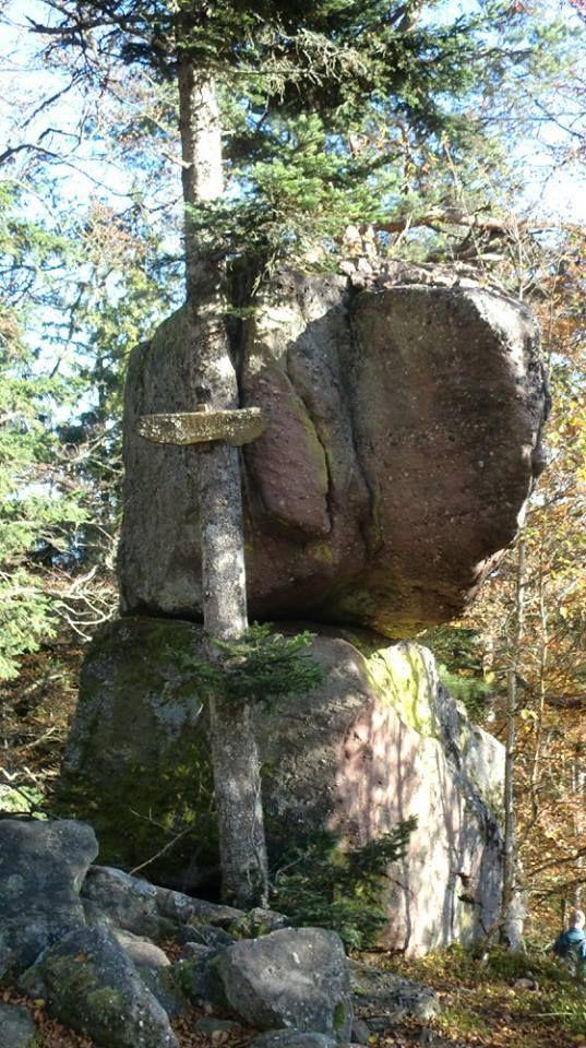 Pierre des Cordonniers en descendant au pied du Rocher des Géants.