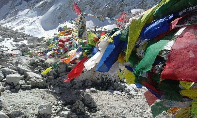 A chaque franchissement de col, les drapeaux de prières népalaises invitent à l'humilité....