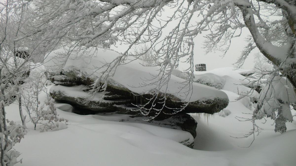 Dans tout ce blanc, nous découvrons la dalle sommitale recouverte de 30 à 40 cm de neige.