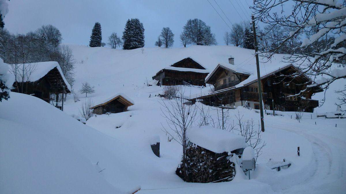 J'adore ces authentiques chalets qui font de Bolsiten un pittoresque village de montagne. Notre trace du samedi passe au milieu.