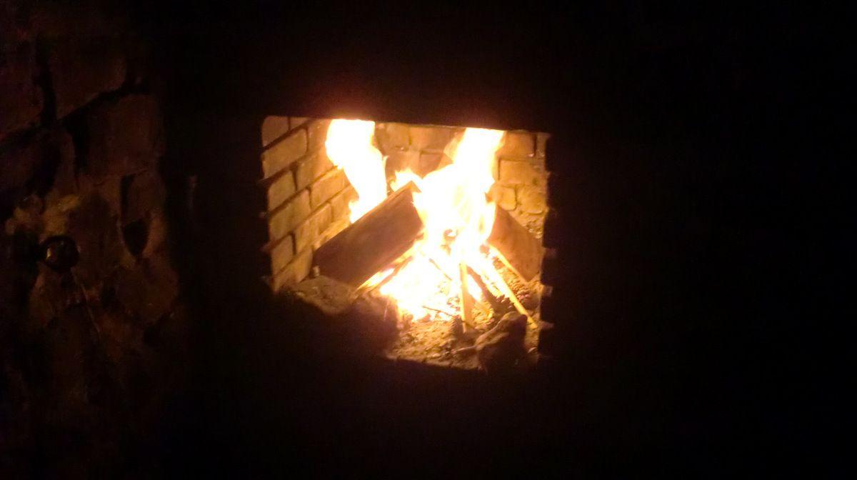 Avec les bûches emportées pour l'occasion, nous parvenons à réchauffer tant bien que mal le refuge, du moins le temps de casser la croûte.
