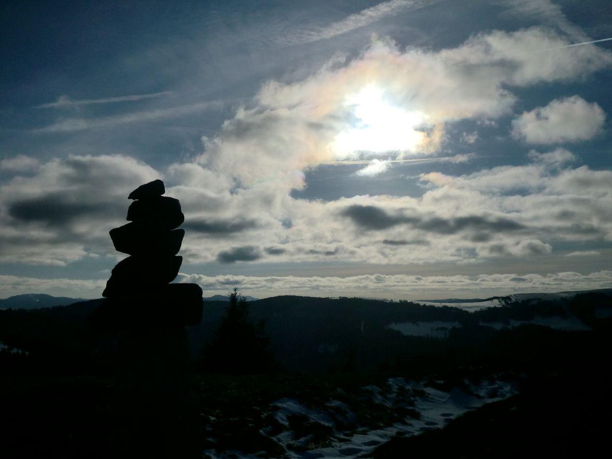 Bénéficiant d'un magnifique éclairage, le cairn sommital du Schnepferiedkopf pris à contre-jour. (Photo : 02/2014).