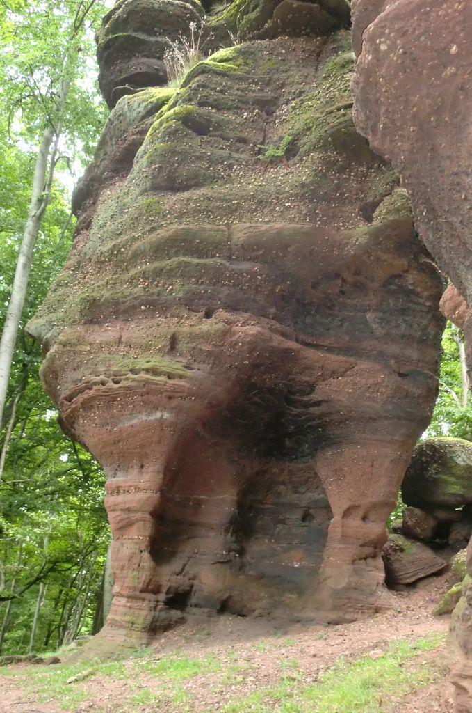 La base du monolithe rongée par l'érosion.