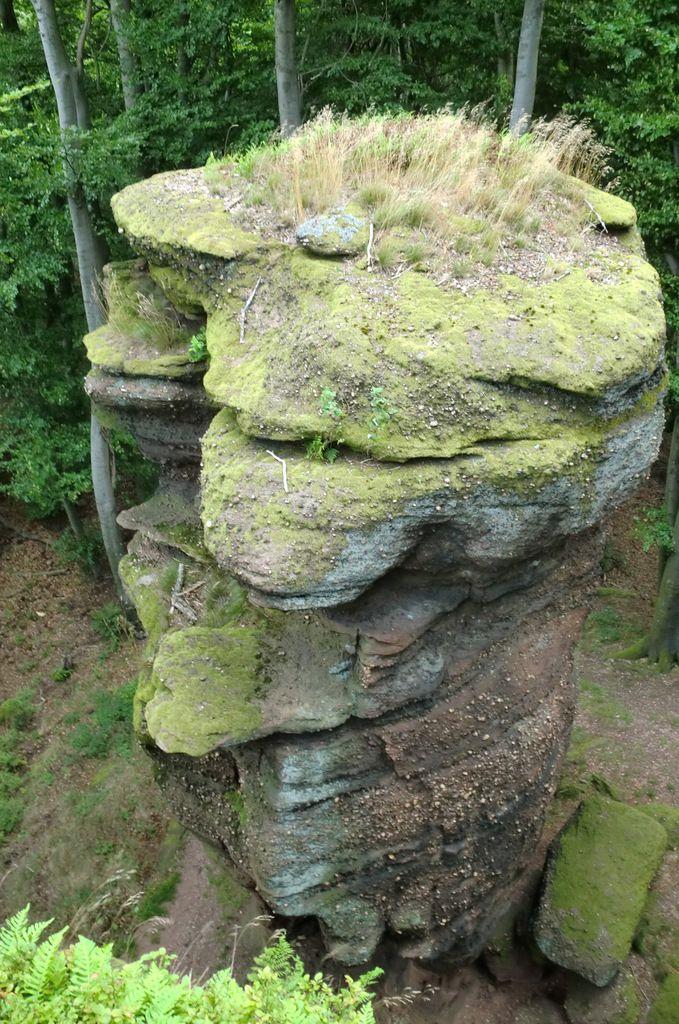 Je grimpe sur le haut de l' imposant rocher et découvre