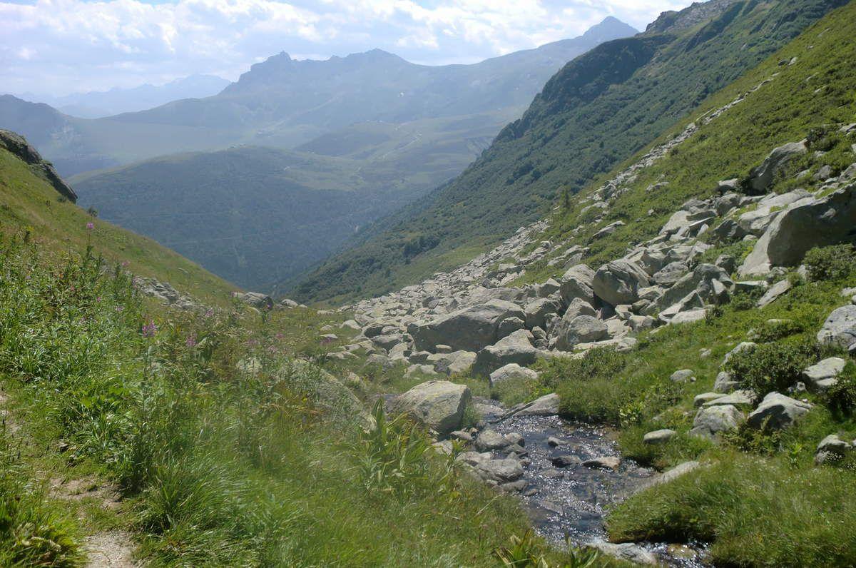 et longe par endroit le Bridan, paisible ruisseau en saison estivale.