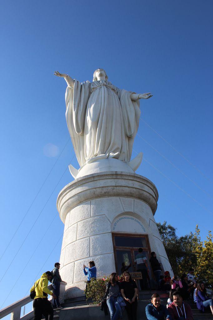 """Le Cerro San Cristobal, avec l""""Immaculada conception"""" la vierge monumentale, qui offre une vue imprenable sur le nuage de pollution flottant au dessus de Santiago"""