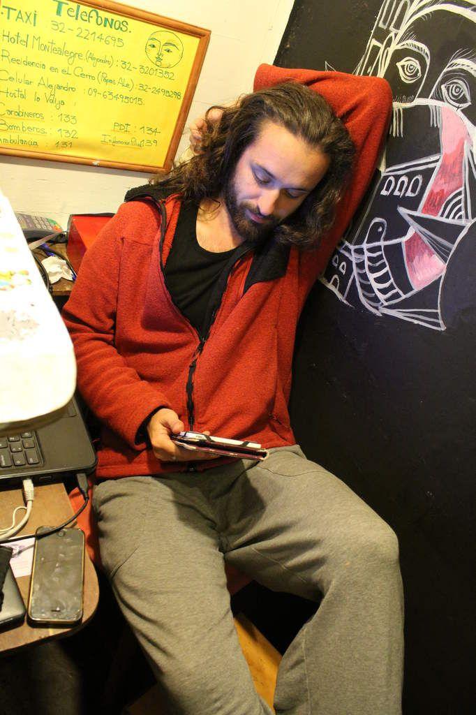... ça passe ses journées plutôt comme ça, à bouquiner, à écouter de la musique.. Dur dur la réception!