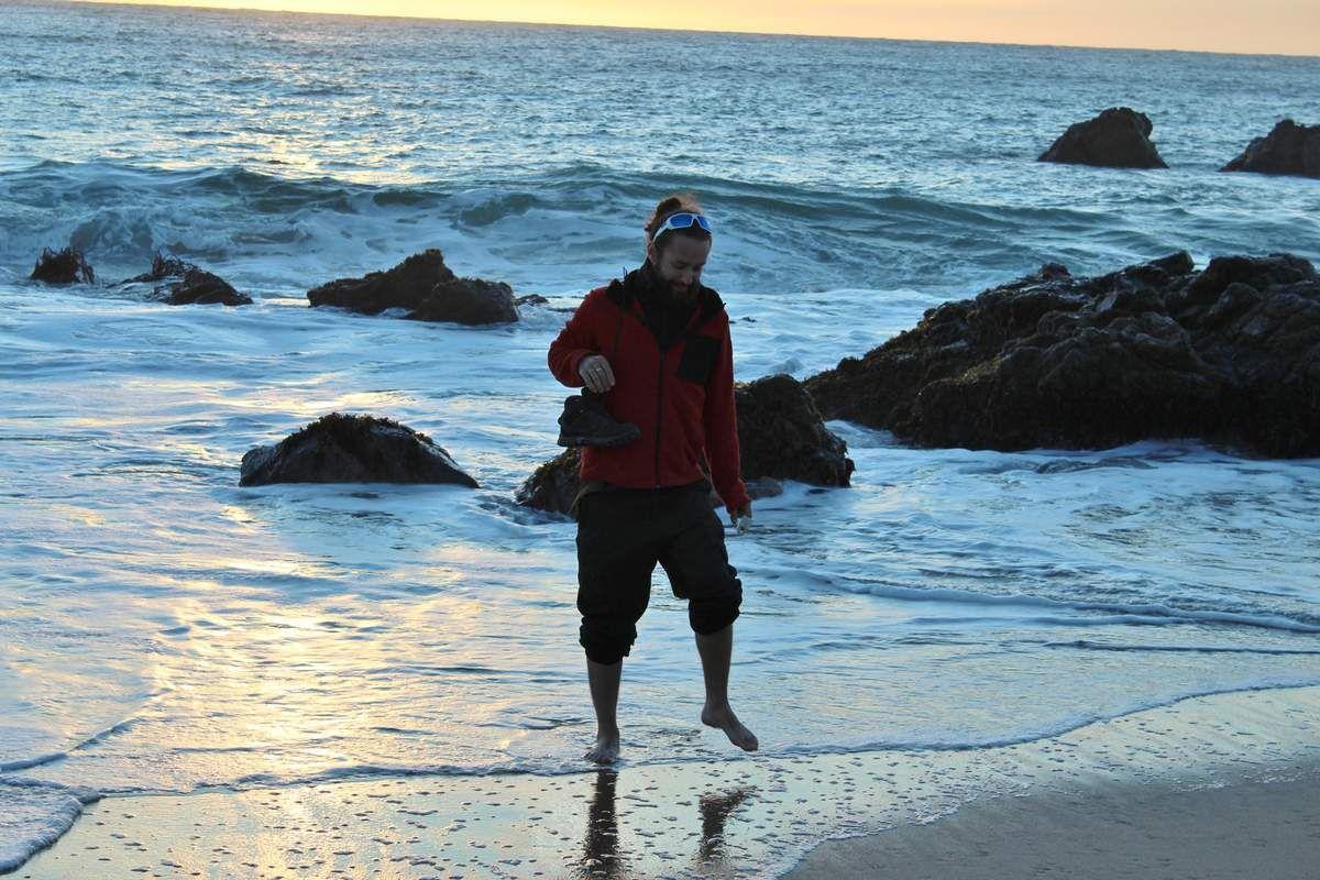 Arrivés devant l'océan, Léo n'a pas résisté à l'envie d'y mettre les pieds... A ses risques et périls dans une eau aussi froide!