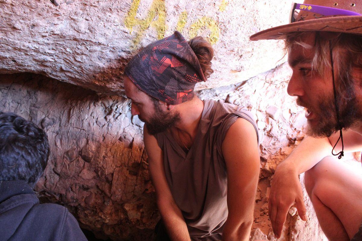 La première grotte, nous à l'entrée et Javier préparant la cérémonie avant d'entrer dans la grotte.