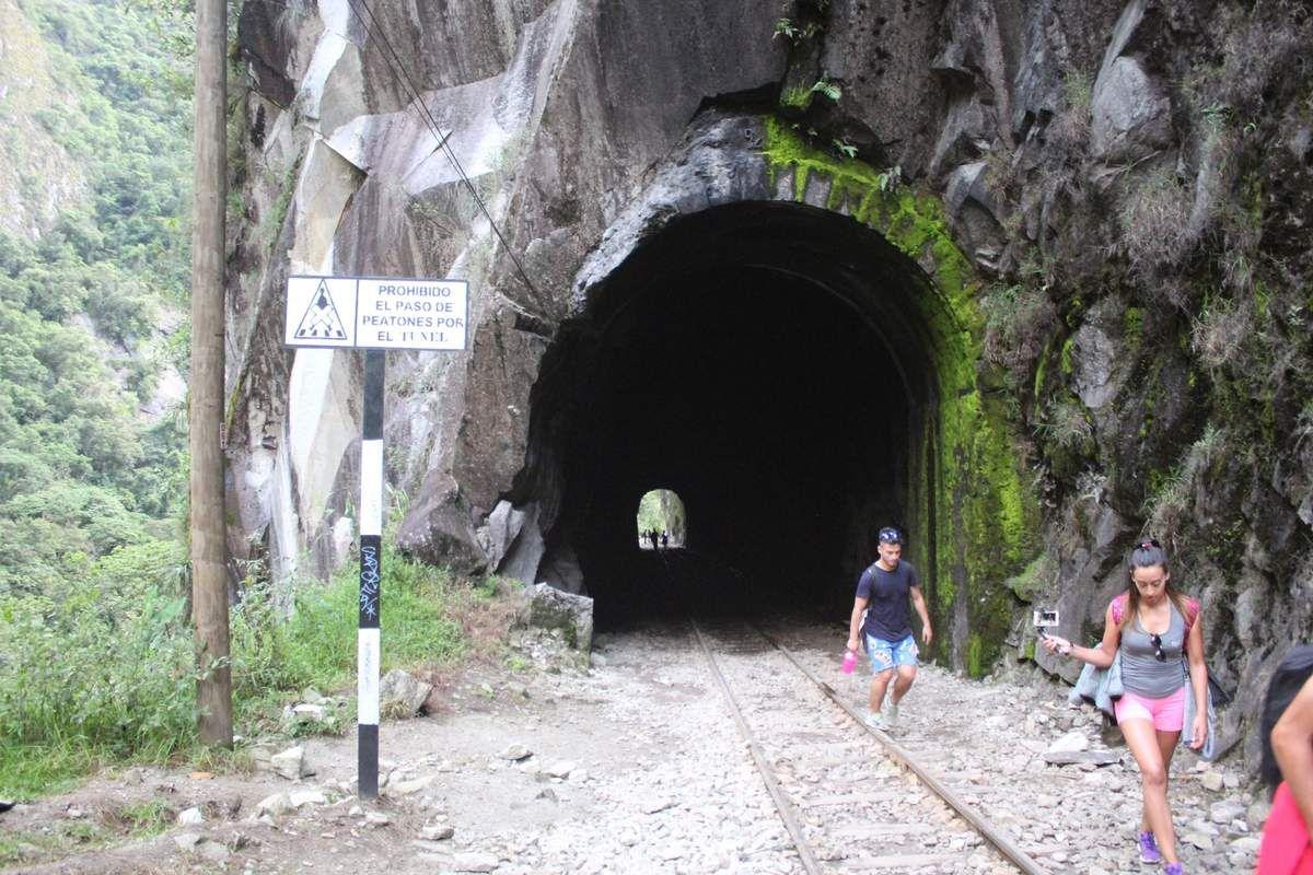 Nous avons trouvé très drôle le fait d'interdir formellement le passage à pied par le tunnel sans proposer aucun autre itinéraire piéton!