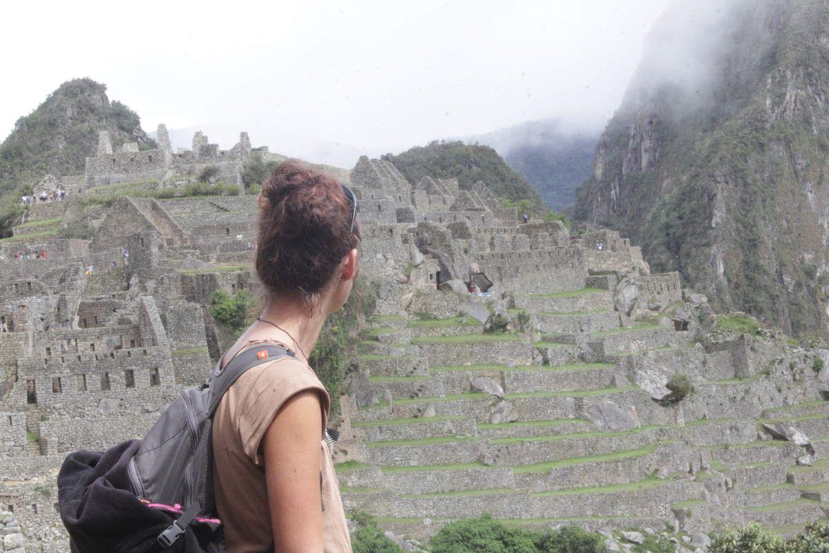 """Le Machupicchu est entouré par deux montagnes: le Machupicchu (quelle surprise!) qui signifie en Quechua """"Vielle montagne"""", et le Huaynapicchu, qui signifie """"jeune montagne"""". Ici en fond le Huaynapicchu."""
