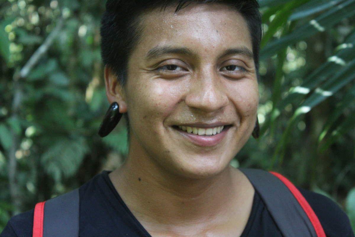 Jefferson nous montrant comment les Guaranis ne font des sortes de boucles d'oreilles avec les noyaux de guabas.