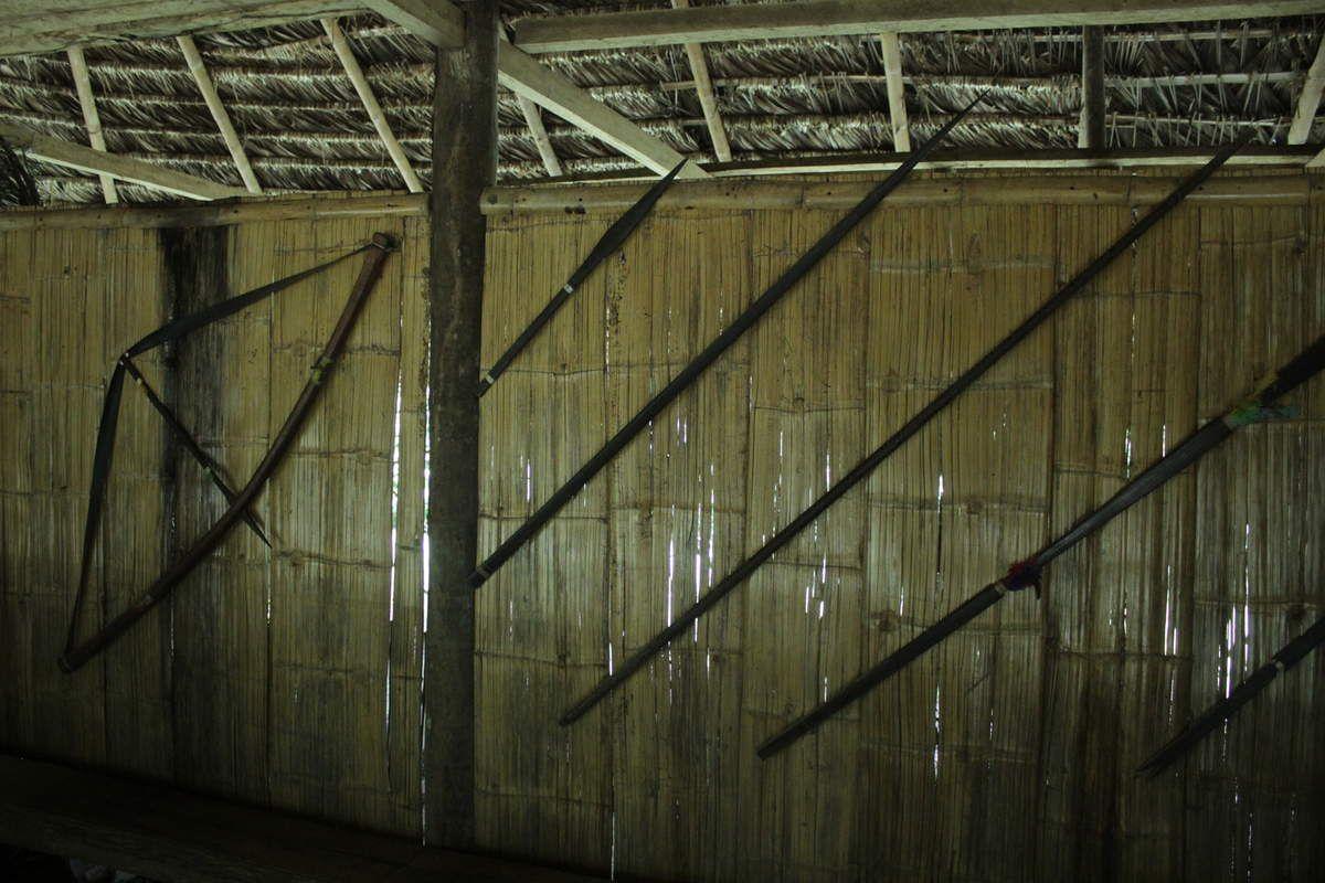 Lances, arcs et flèches avec lesquels ils chassaient.