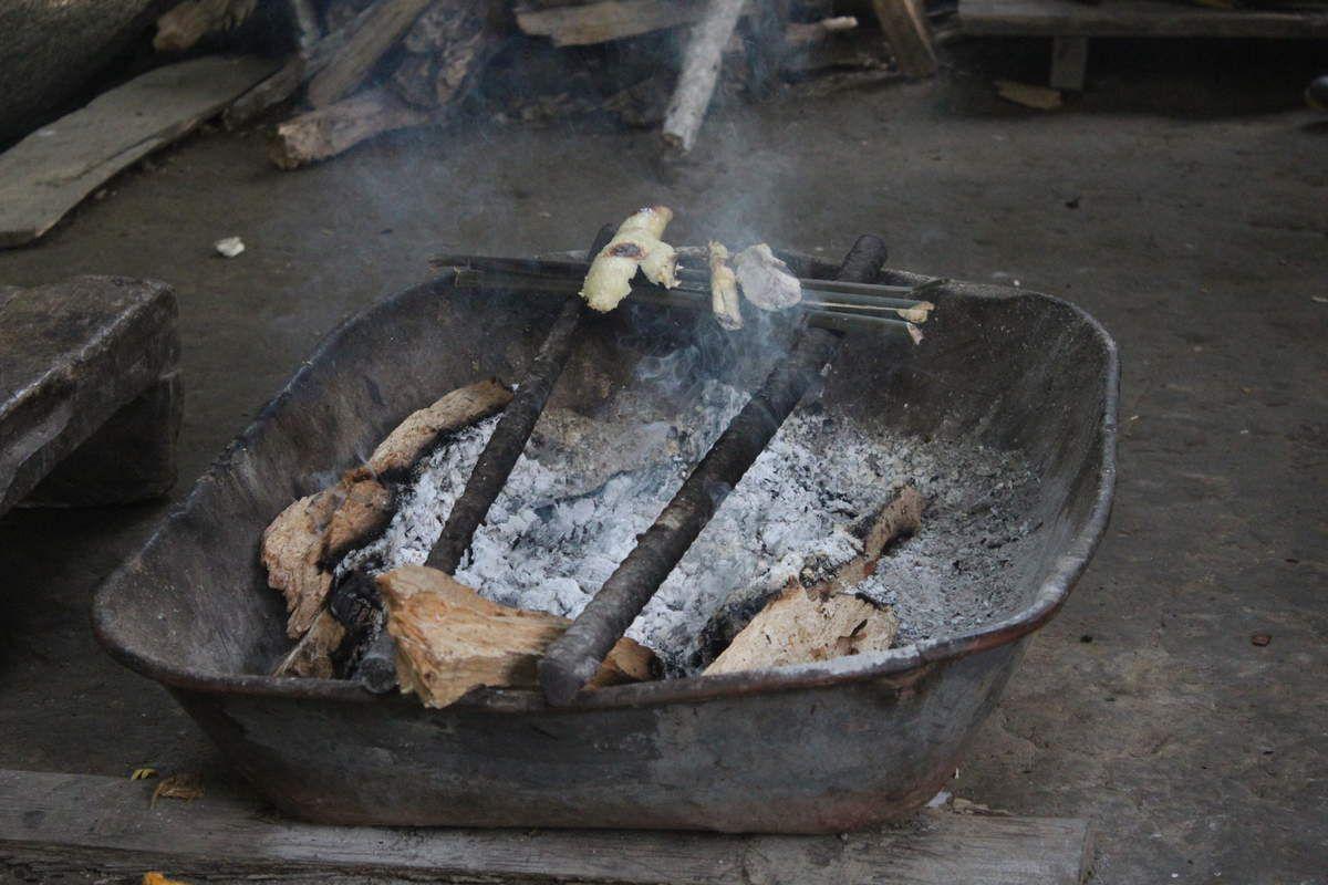 Le yucca est également l'un des ingrédients de base de l'alimentation des habitants de la forêt. Ici, il est grillé et emmené au champ pour la journée de travail.