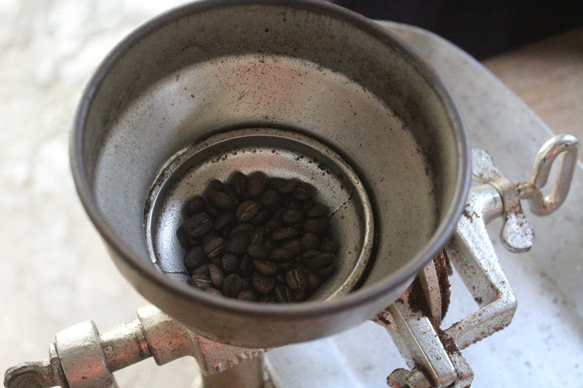 6ième étape: le grain est ensuite moulu pour fabriquer cette poudre noire si célèbre et appréciée dans le monde entier.