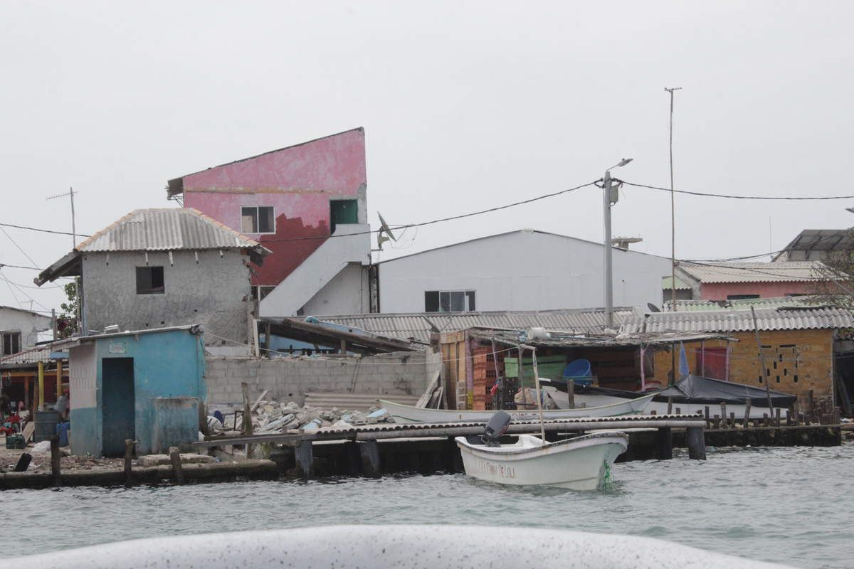 Sur le trajet, on s'est arrêté à l'Islote Santa Cruz, qui est, selon les locaux, l'île la plus densémment peuplée du monde. C'est en fait un village flottant avec des maisons sur toute la superficie.