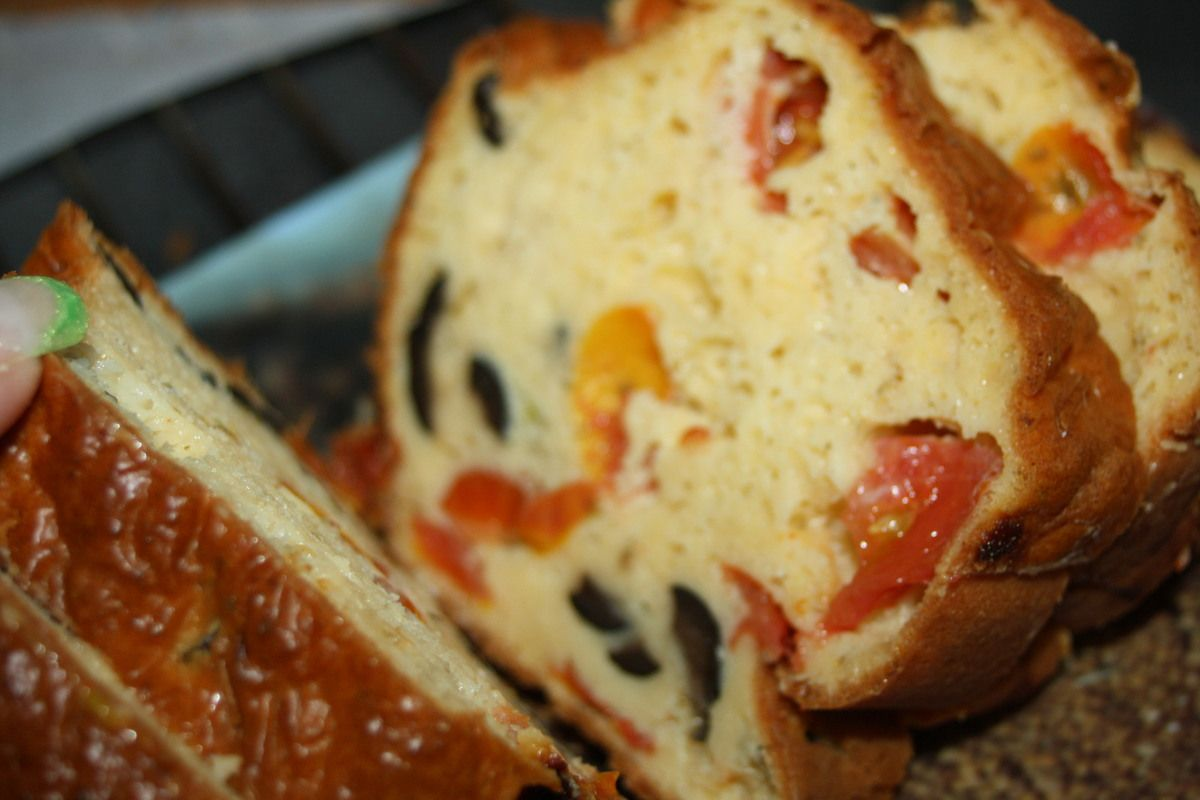 Le cake Tomate Olive Fromage