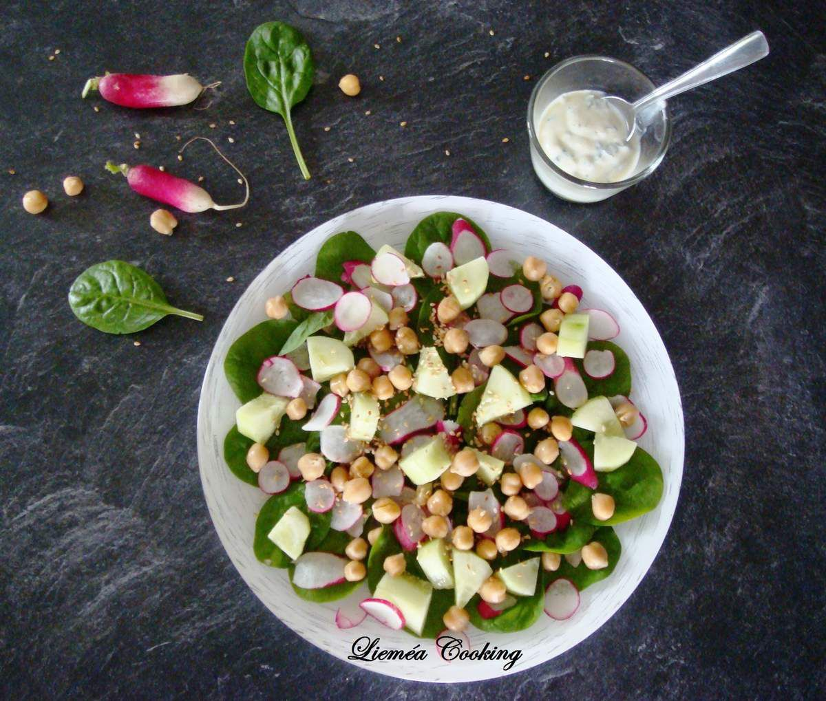 Salade de printemps au sésame grillé, sauce yaourt/menthe