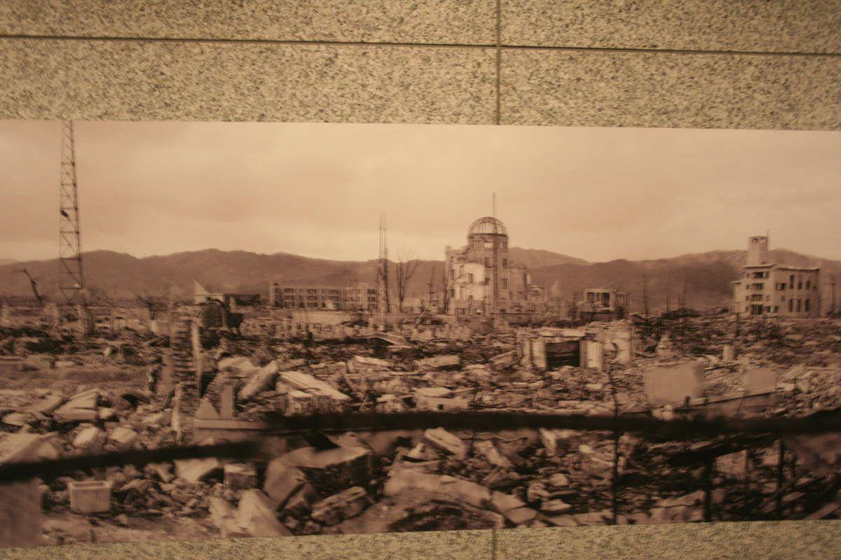Une maquette et des photos d'Hiroshima après l'explosion (le ballon rouge représente la bombe explosant à 600m de haut)