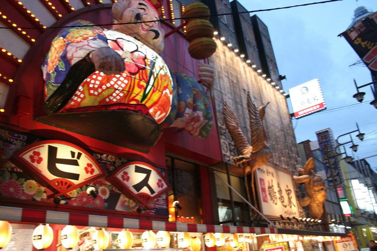 Les rues commerçantes de la villes sont très actives la nuit.