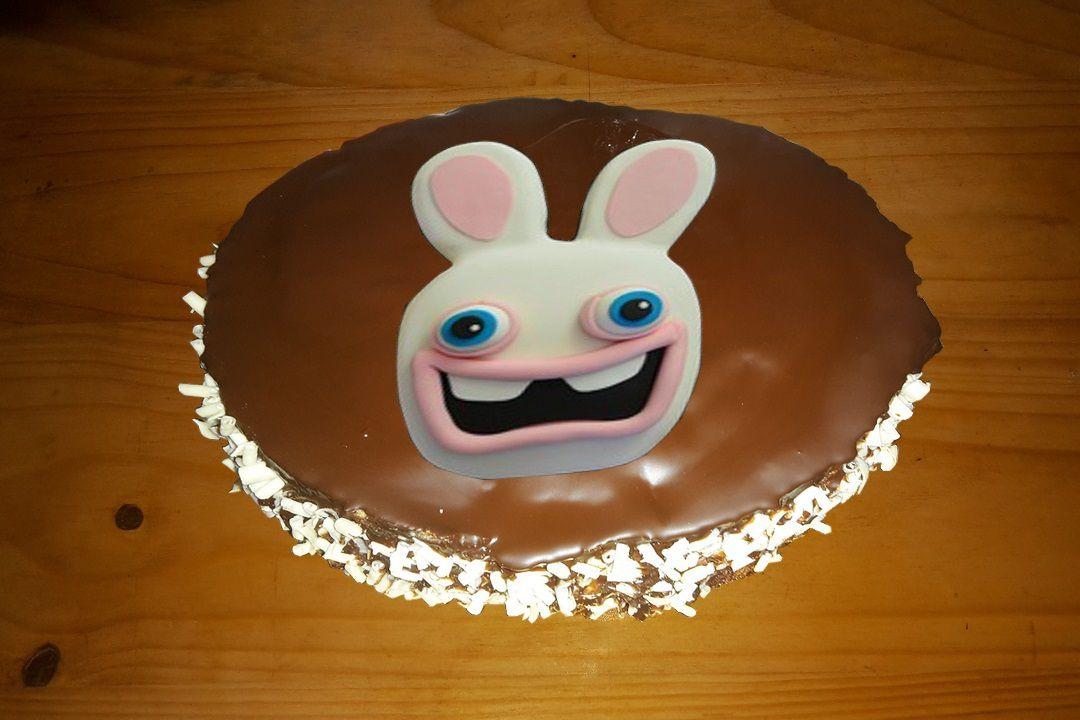 Gâteau chocolat au cœur de fraise et sont lapin en sucre.
