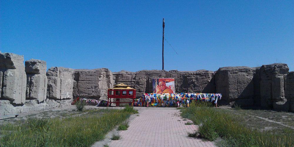 Les ruines du temple. Vu la taille des murs, je vous laisse imaginer l'aspect monumental de l'ancien temple.