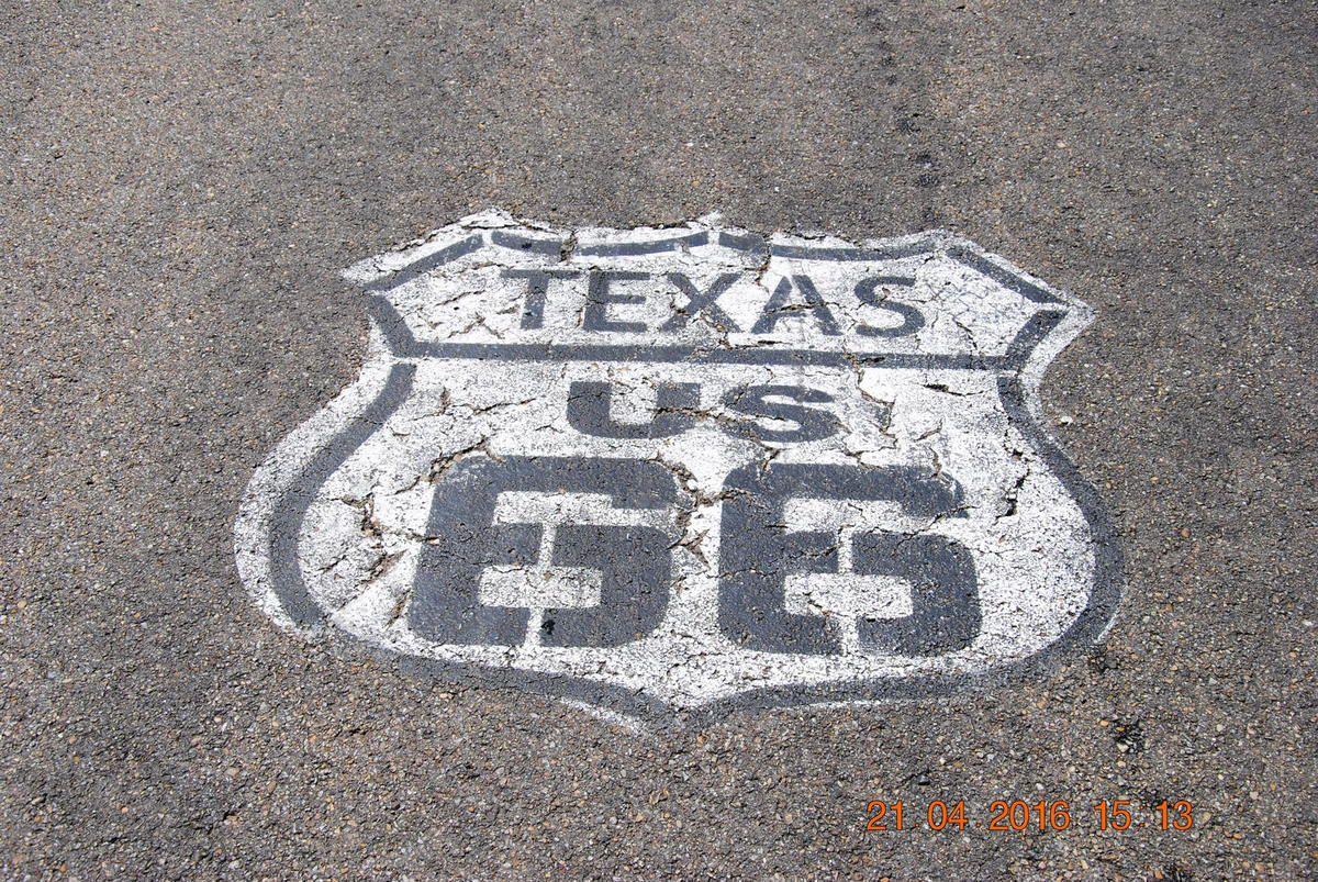Ici le numéro de la route est peinturé sur la route parce que les enseignes se font volées