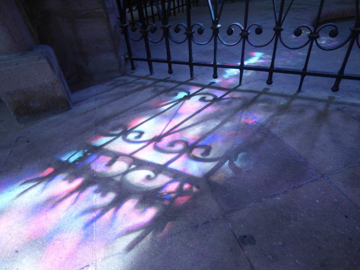 La lumière divine déversé sur le sol ..