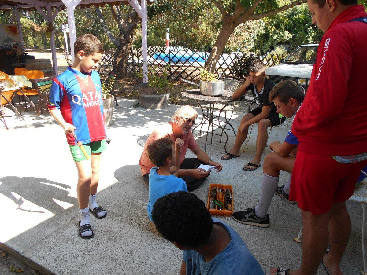 Bruno fait la liste des outils nécessaire avec les enfants. Ils négocient entre eux pour savoir si tel ou tel outils est vraiment important ou si on attend d'en avoir besoin pour l'acheter.