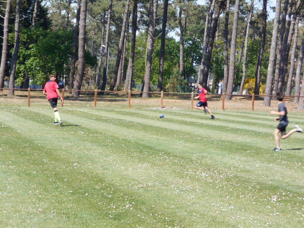 Après deux heures de courses effreiné après le ballon, les enfants ont, en rentrant sur Lva, fait un foot.