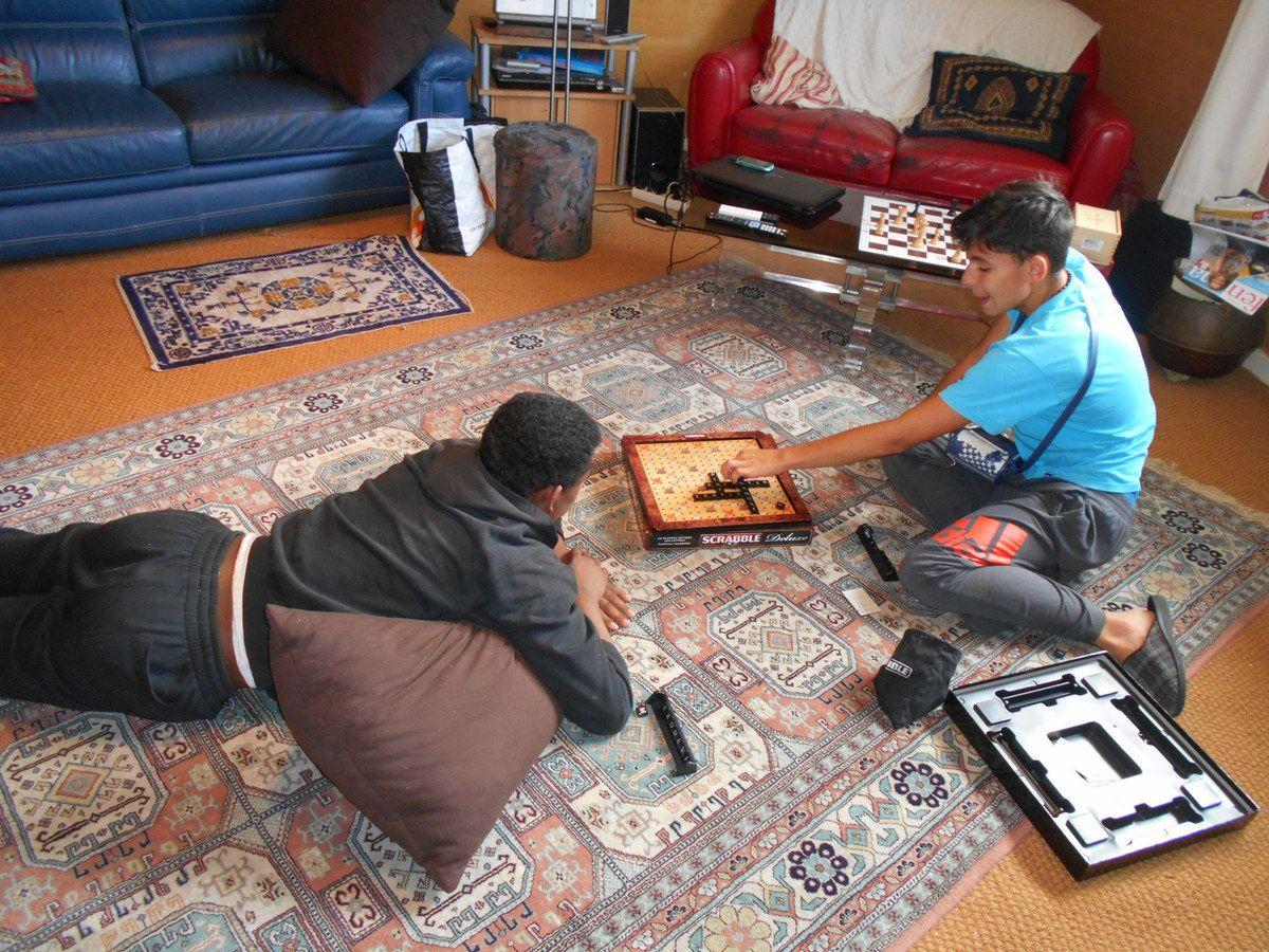 Mehdi et Lorenzo jouant au Scrabble.