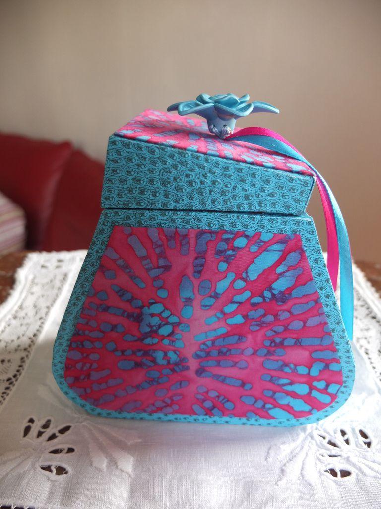 cartonnage boite forme originale turquoise et fuschia