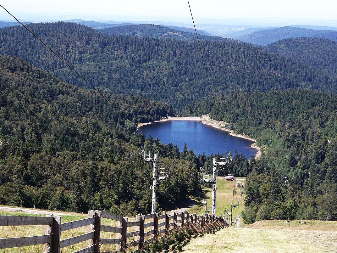Le téléski du Kastelberg et le lac de la Lande, point le plus loin de cette randonnée.