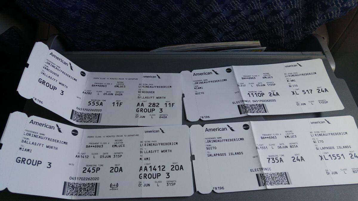 Le Graal pour tout voyageur bloqué dans un aéroport pendant plusieurs heures, une place avec des prises électriques à coté.... et les 4 billets d'avion