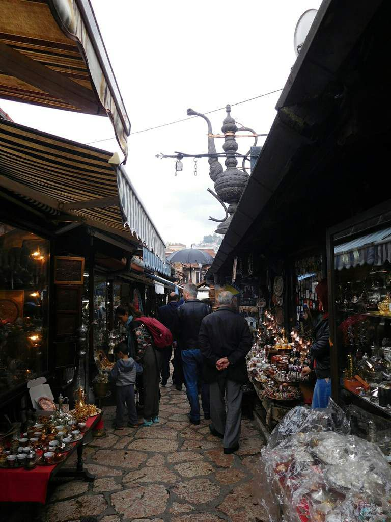 Le vieux sarajevo rappelle que 50% de la population est musulmane. Les artisans grouillent et la ville est plutôt vide de touristes, ce qui lui confère plus de charme que n'importe quelle autre ville que j'ai pu visiter.