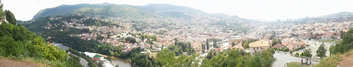 Aujourd'hui il fait beau, nous pouvons enfin sortir du centre historique de Sarajevo pour visiter les quartiers on the top. Vue du vieux fort de vratnik.