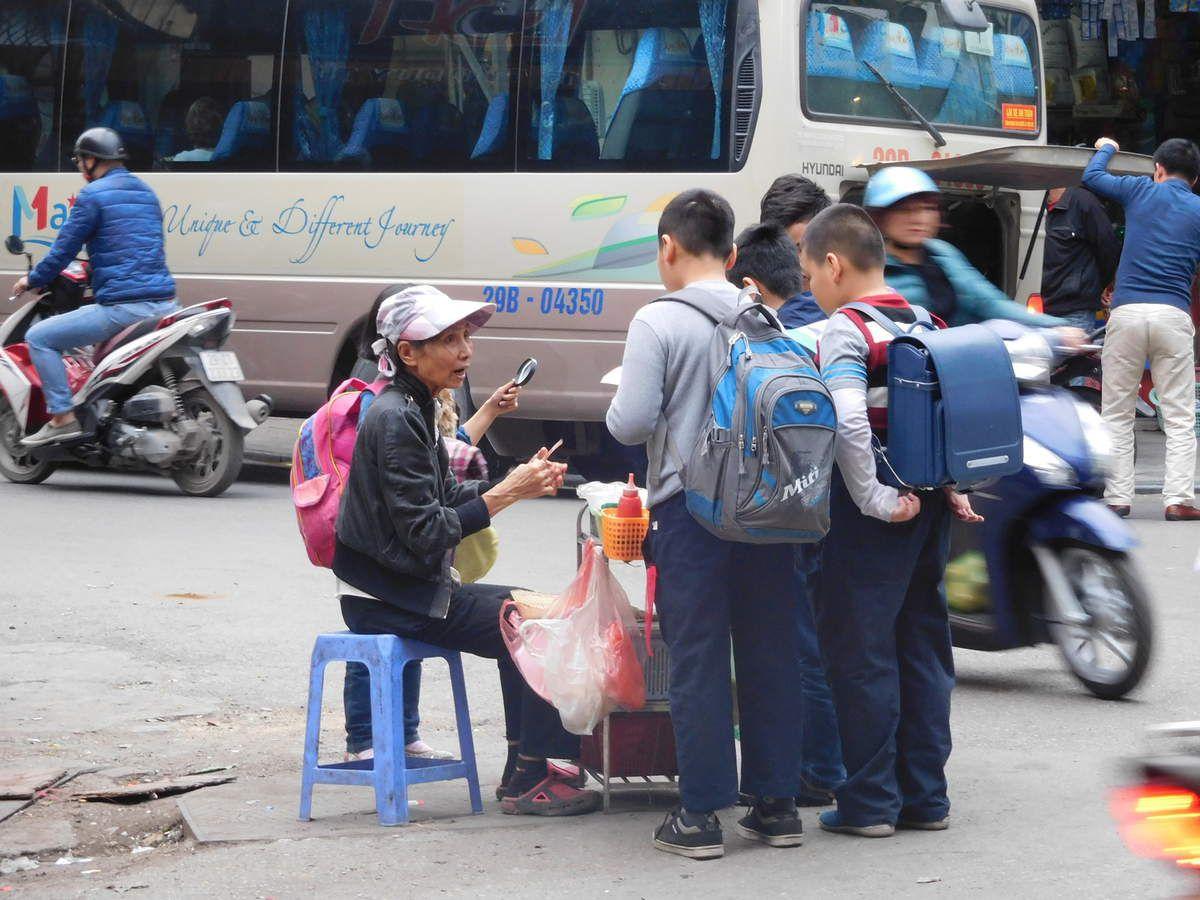 Derniers jours sur Hanoi! Ici quand les gosses sortent de l'école ils ne se précipitent pas chez le marchand de bonbons mais chez la vendeuse ambulante de brochettes de porc!