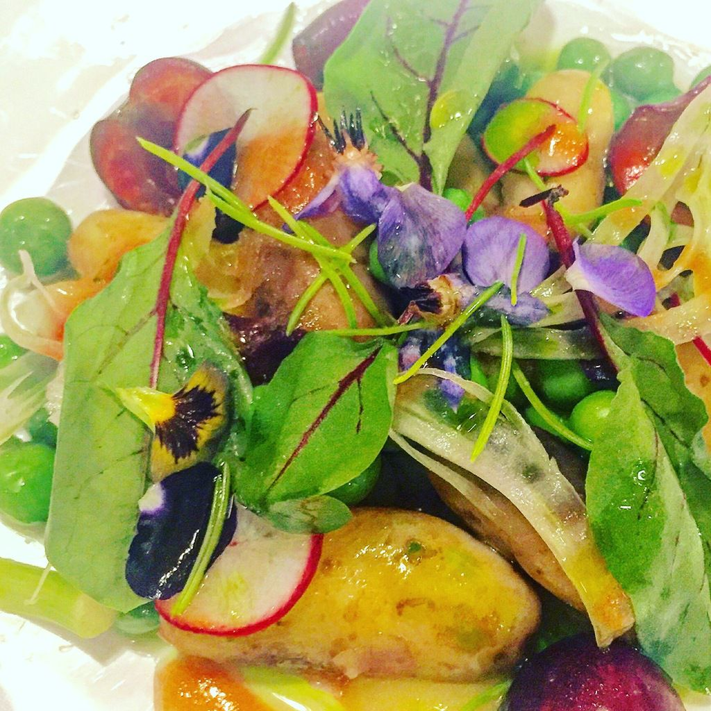 Pois, petites pommes de terre, radis roses, cerises... Une explosion de couleurs et de saveurs