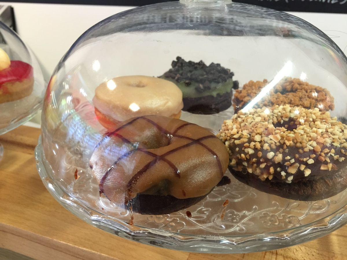 Smoothie boost et boisson chocolatée Fatal &#x3B; donuts spéculoos et canelle