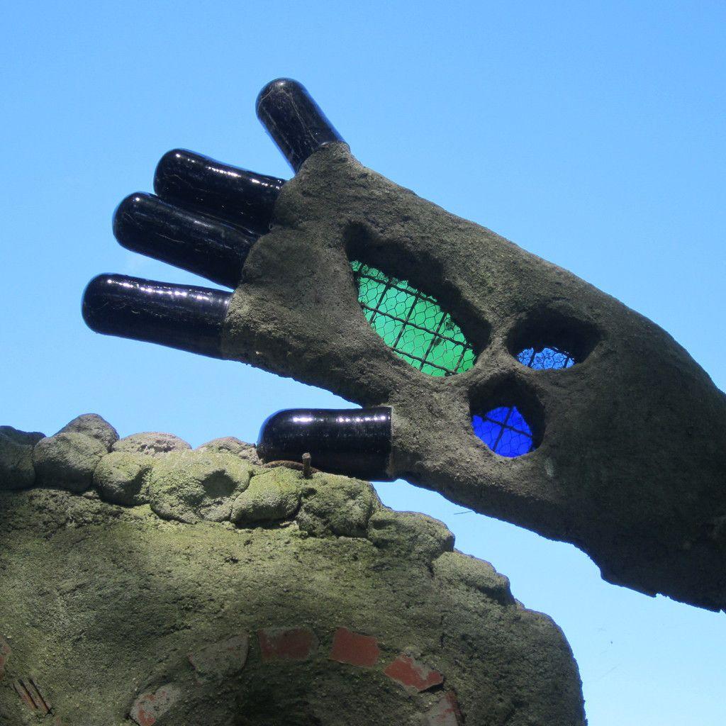 une partie de la sculpture à la halte nautique de Ciry