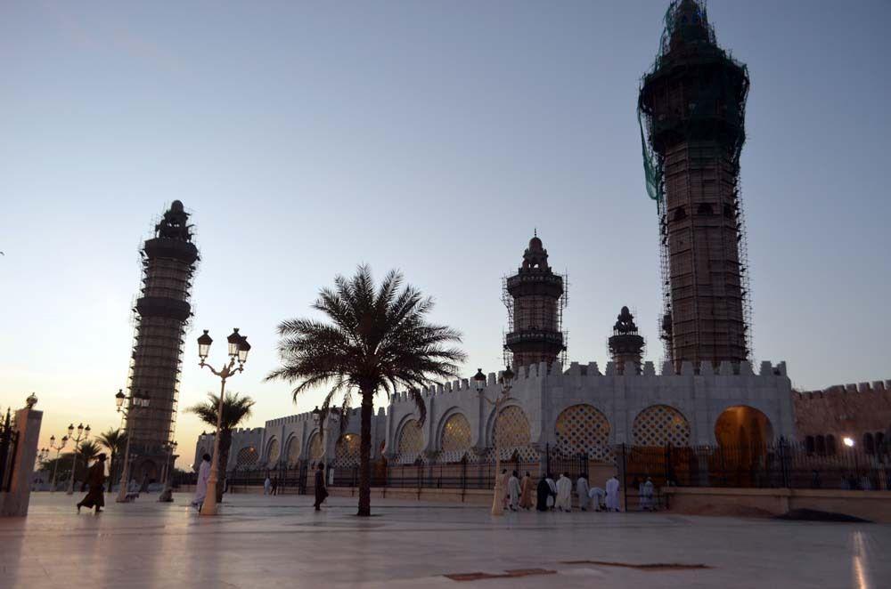 Chaque jeudi dans la ville sainte de Touba les Dahiras et les bonnes volontés sont occupés par le nettoyage de la grande mosquée pour préparer la prière du lendemain ! © Assane SOW