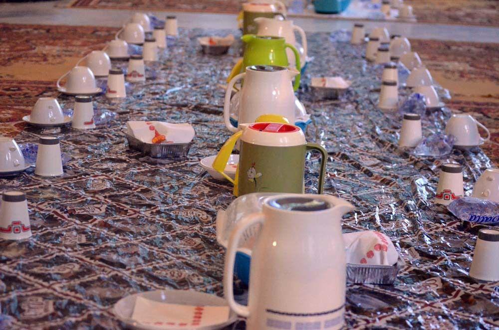 Distribution de ndogou dans la mosquèe de la ville sainte de Touba. Par dahira Moukhaddamatoul Khidma © Assane SOW