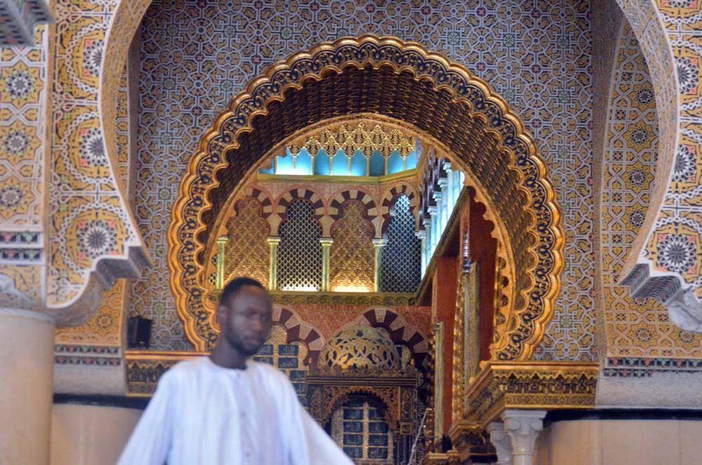 Décoration Intérieur de grand mosquée et Mihrab réalisée  par un spécialiste espagnol sous la supervision Serigne Atou Diagne Responsable Moral de Hizbut -Tarqiyyah, © Assane SOW