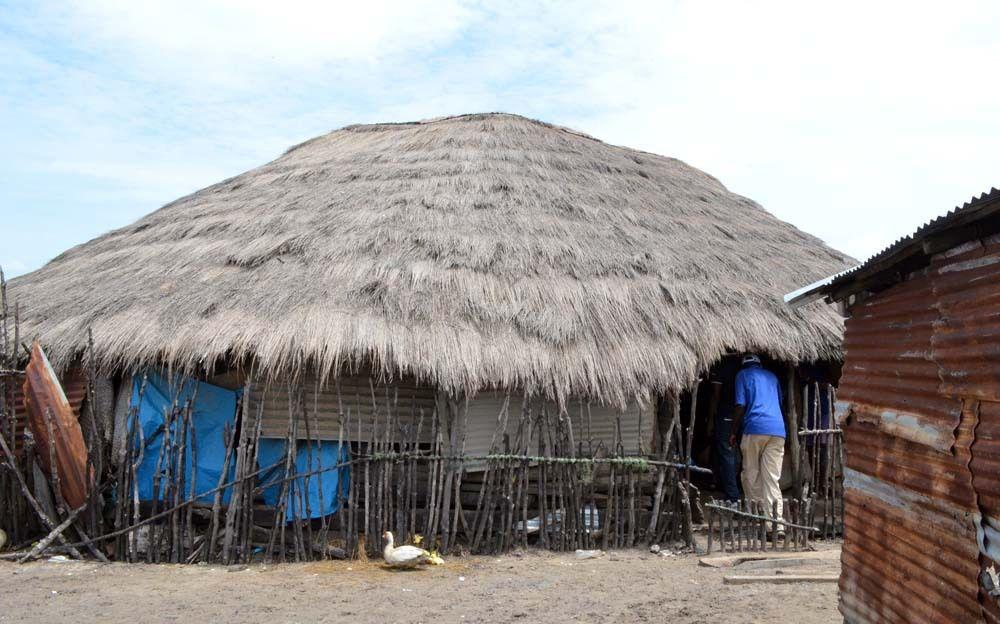 Pour admirer les cases à impluvium, il faut se rendre dans des villages du royaume Bandial à Enampor, à Séléky, en Basse Casamance au sud de la ville de Ziguinchor. De rares bâtisses en terre bâtie pointent leurs deux toitures superposées vers le ciel. A partir de la cour intérieure, une autre toiture en forme d'entonnoir inversée est inclinée vers un bassin recueillant les eaux de pluie. photos Assane sow