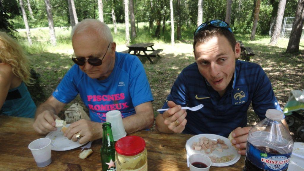 Le repas, la pétanque et le match pour certains