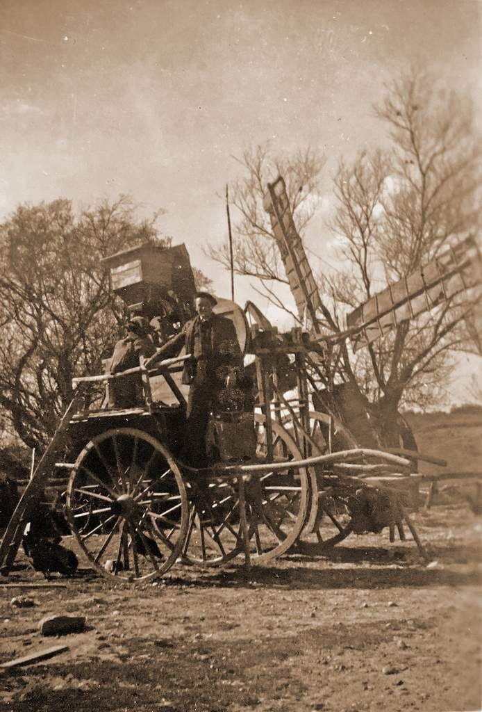 Le père d'Emile sur le moulin à vent qu'il avait fabriqué lui-même