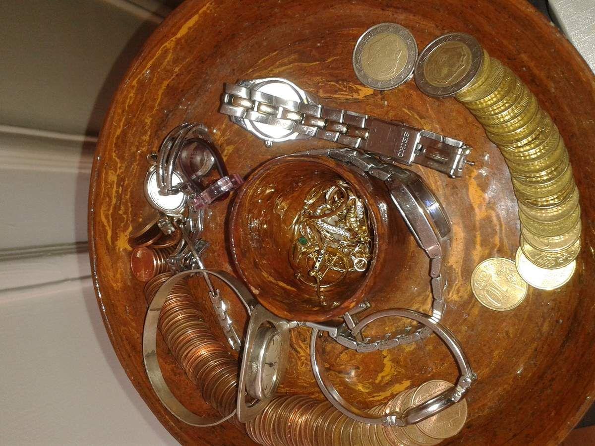les bijoux usuels , dans le vide poche avec la monnaie pour le pain