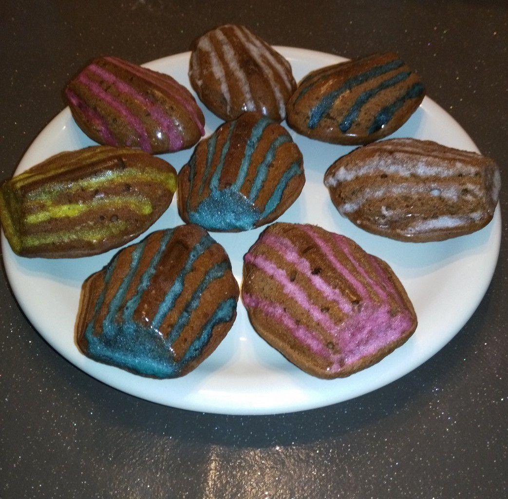 Vous aimez les madeleines, et bien vous êtes sur la bonne page. De délicieux madeleines au chocolat, moelleux ! Vous pouvez parfumé vos madeleines de plusieurs façons, ici je les ai parfumés au chocolat, mais si vous n'aimez pas le chocolat vous pouvez simplement ajoutez du sucre vanillé ou du caramel,de la fleur d'oranger ou simplement des zestes de citron. C'est selon vos goûts et les désires de vos papilles. Bonne dégustation les gourmands.