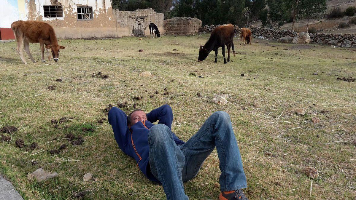 On est arrivés dans le village le jour de la réunion de la communauté. le matin, on discute et après c'est bière à volonté !!! Kamel est tombé dans une embuscade avec ses nouveaux amis et l'après midi c'était... position allongée obligée !!!!